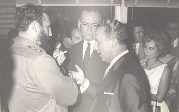 Cuban leader Fidel Castro in discussion with Swiss Ambassador Emil Stadelhofer in 1964. ©FDFA