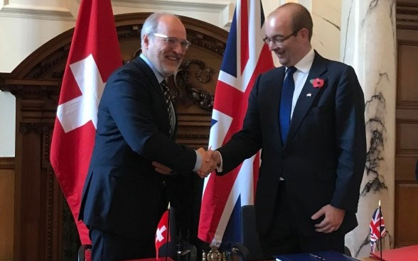 Swiss Ambassador and UK Brexit Minister shaking hands