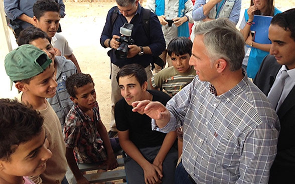 Federal Councillor Didier Burkhalter during his visit to the Azraq refugee camp in Jordan in 2015.