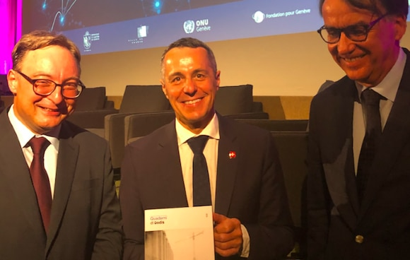 Federal Councillor Ignazio Cassis with the latest publication in the seris Quaderni di Dodis, «Switzerland and the Construction of Multilateralism», Vol. 2, with documents on the history of the League of Nations, together with the editors Sacha Zala and Marc Perrenoud.