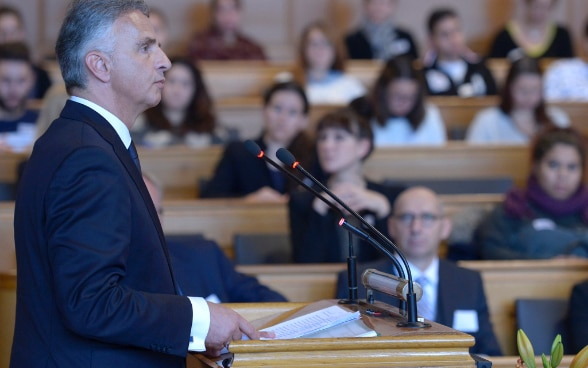 The President of the Swiss Confederation, Didier Burkhalter, at the lectern in the Grand Council of the Canton of Bern giving a speech at the International Law Day of the FDFA's Directorate of International Law. © Keystone