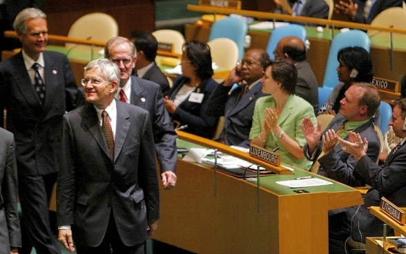 10.09.2002: The President of the Swiss Confederation, Kaspar Villiger, Ambassador Jenö Staehelin and FDFA head Joseph Deiss walk to the Swiss delegation's desk at the UN General Assembly in New York.