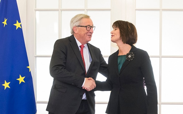 Doris Leuthard and Claude Juncker shake Hands.