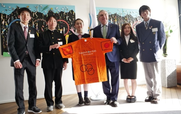 Mr. Thomas Bach, President of the International Olympic Committee and the five students from the Tohoku region ©2015 Support Our Kids