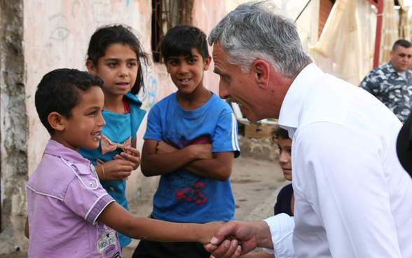 Federal Councillor Didier Burkhalter shared a moment with the children of Hay Al-Gharbeh in Lebanon. FDFA
