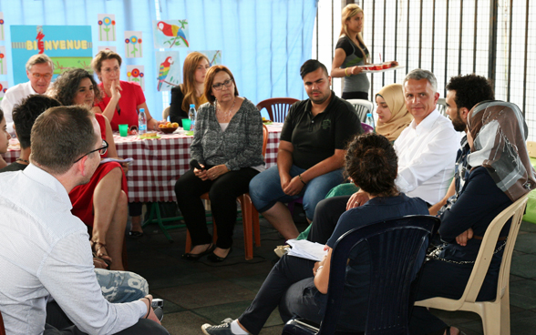 Mr Burkhalter speaks with young people in a deprival neighbourhood of Beirut about their tough living conditions, needs and future prospects. © FDFA