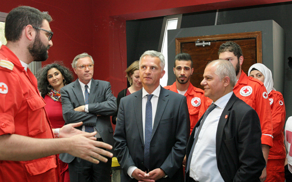 Federal Councillor Didier Burkhalter with members of the Lebanese Red Cross. © FDFA