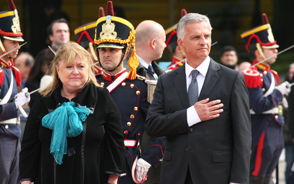 Federal Councillor Didier Burkhalter is greeted by Argentine Foreign Minister, Susana Malcorra. © FDFA