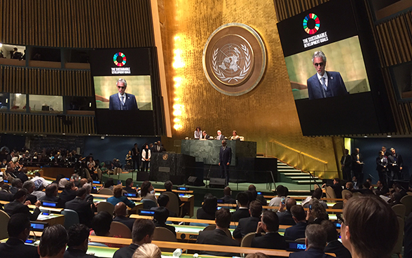 Italian opera singer Andrea Bocelli kicks off the 71st session of the UN General Assembly.