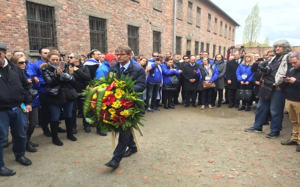 Benno Bättig, presidente in carica dell'International Holocaust Remembrance Alliance (IHRA), durante la deposizione di una corona al muro della morte ad Auschwitz in occasione della March of the Living