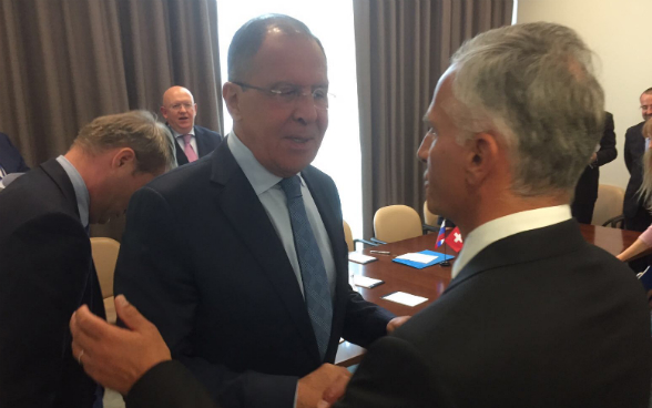 Federal Councillor Didier Burkhalter talks to the Russian foreign minister Sergei Lavrov.