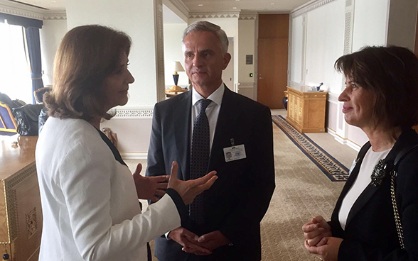 Federal Councillor Didier Burkhalter and President of the Swiss Confederation Doris Leuthard meet with the Columbian minister of foreign affairs María Ángela Holguín Cuéllar.