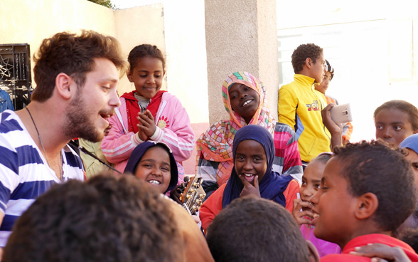 During his stay in Egypt, Bastian Baker shared a jam session with kids from the village of Armena. © SDC